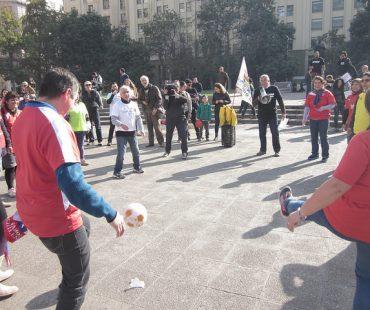 """Bloque por la infancia: Jugando fútbol frente a La Moneda dijeron """"No más goles contra la  Niñez"""""""