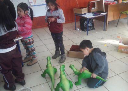 Entrega regalos a niños de Jardín Infantil en Tirúa