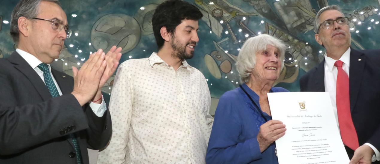 Joan Jara recibe premio a la trayectoria en la promoción de los Derechos Humanos de nuestra Universidad (USACH)