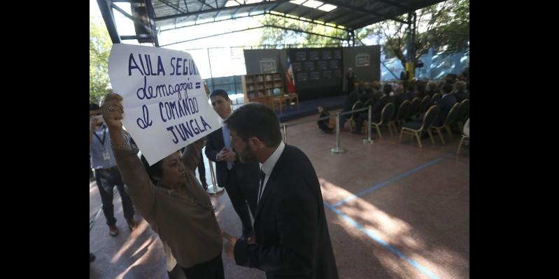 Piñera promulga ley de Aula Segura en medio de protesta docente