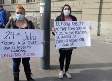 """""""No permitiremos ni un montaje más"""": Familiares de presos de la revuelta se encadenaron al Palacio de Tribunales de Justicia"""
